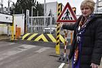 Na snímku ředitelka bezpečnosti elektráren ČEZ Iva Kubáňová představuje zařízení pro zadržení automobilů u vjezdu do elektrárny.