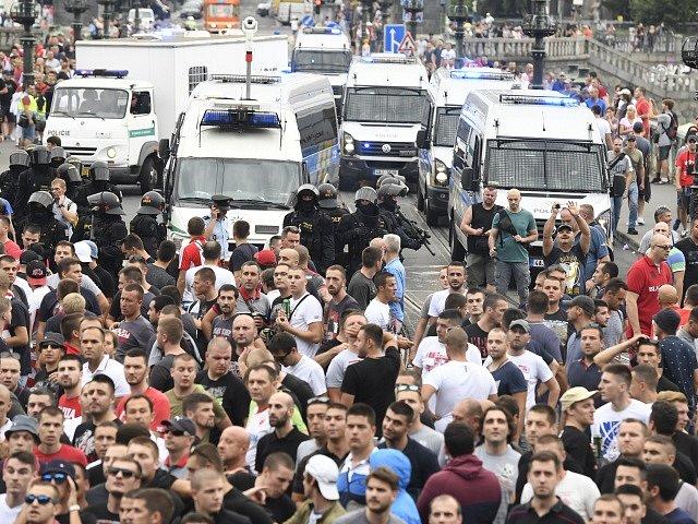 Fotbaloví fanoušci klubu Crvena Zvezda před duelem v Praze.