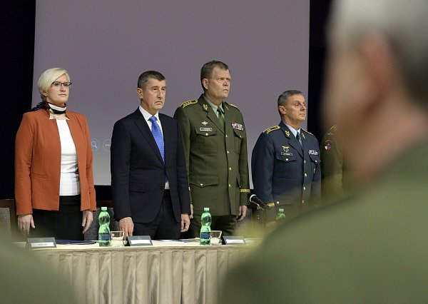 Ministryně obrany v demisi Karla Šlechtová, premiér v demisi Andrej Babiš (druhý zleva), náčelník generálního štábu Josef Bečvář (třetí zleva) a jeho poradce, bývalý velitel vzdušných sil Jiří Verner.