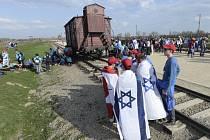 Židé uctili v Polsku oběti holocaustu pochodem Osvětimí s izraelskými vlajkami
