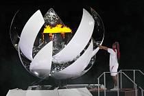 Naomi Ósakaová zapaluje olympijský oheň.