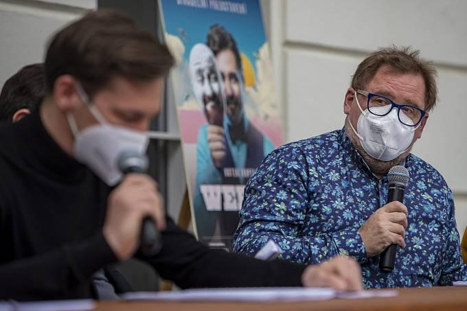 Představitelé Jana Wericha Vojtěch Kotek a Václav Kopta při čtené zkoušce 29. března 2021 v Praze na tiskové konferenci k představení Werich v rámci Letní scény Musea Kampa.