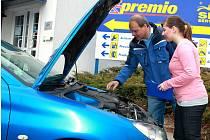 Praktické hodiny v autoservisu mají pomoci mladým řidičům.