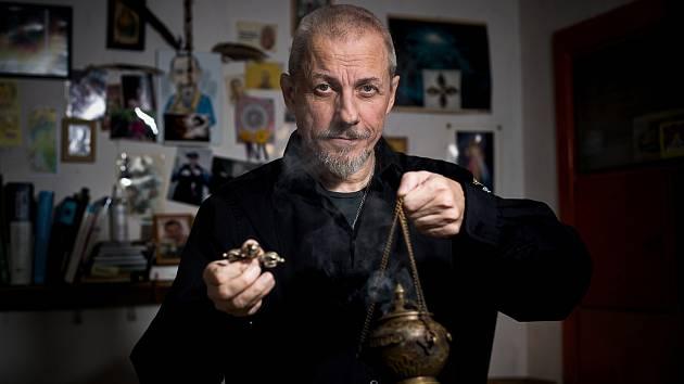 Při liturgickém rituálu odvedení entit do světla používá Jaroslav Drábek po vzoru předků kadidlo. Foto: Patrik Uhlíř