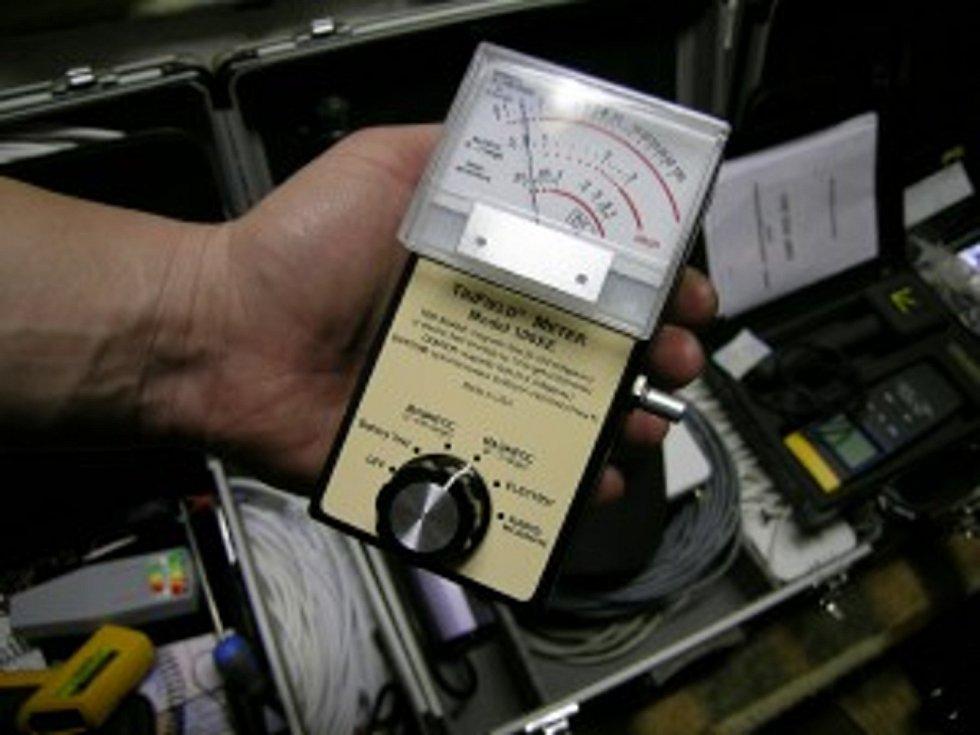 Toto je přístroj Trifield 108 XE s vysokou citlivostí, který se mimo jiných funkcí také používá k monitorování EMF polí, se kterými entity pracují a mohou je ovlivnit svojí paranormální aktivitou.
