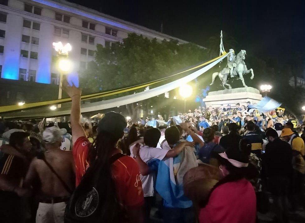 Argentinci se loučí s milovaným Diegem Maradonou