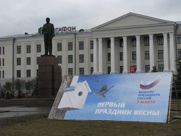 Socha Lenina u plakátu zvoucího do volebních místností.