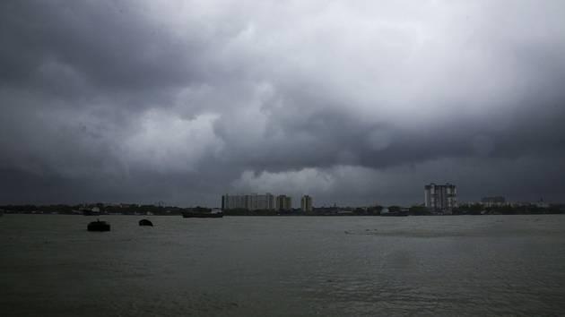 Temné deštové mraky, doprovázející supercyklon Amphan, nad Kalkatou.