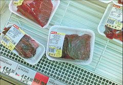 Napohled odpudivé. Toto zelené maso prodával obchodní řetězec Billa v Radimově ulici v Praze 6.