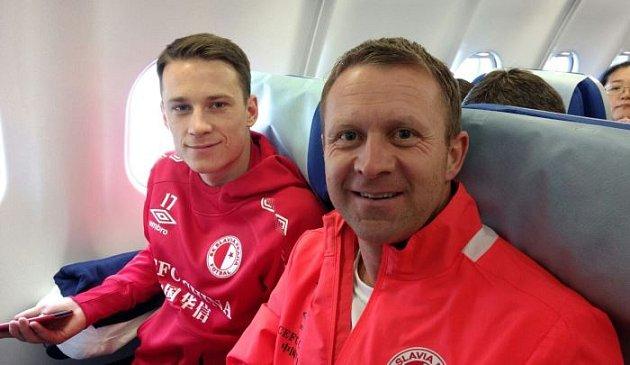 Jan Sýkora (vlevo) po boku vedoucího týmu Stanislava Vlčka na palubě letadla mířícího do Číny.