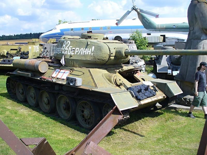 """T 34 JAKO Z VÁLKY. Ve Zruči uvidíte i legendární tank T 34 v originální verzi ze druhé světové války včetně azbukou psaného nápisu """"Na Berlin"""""""
