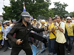 Policista a demonstranti v Bangkoku.
