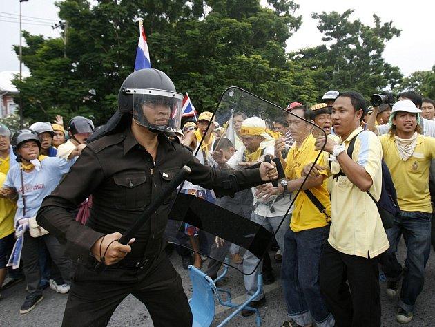 Policista a demonstranti v Bangkoku.