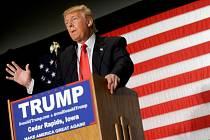 Ani rodinná Bible, kterou na poslední chvíli vytáhl ve zjevné snaze zapůsobit na tamní nábožensky založené voliče, nepomohla favorizovanému realitnímu magnátovi Donaldu Trumpovi k vítězství v republikánském nominačním souboji v Iowě.