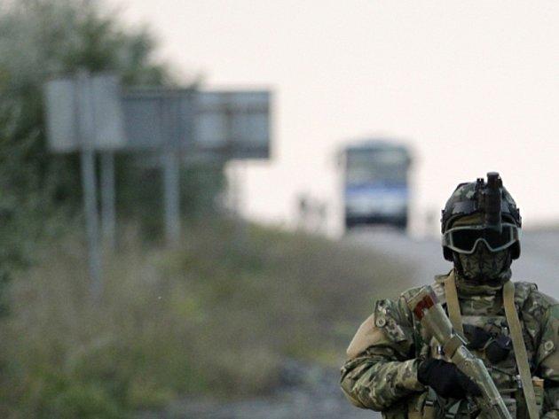 Navzdory závazkům obou bojujících stran pokračovaly i v noci na dnešek na východě Ukrajiny ozbrojené střety, které se soustřeďují zejména do okolí doněckého letiště a strategicky položeného města Debalceve.