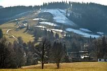 Zbytky technického sněhu na sjezdovce v lyžařském areálu Bublava na Sokolovsku na snímku ze 17. prosince 2019