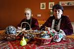 """Středoškolačka Adéla Bábíková a """"teta"""" malérečka Miroslava Pavlíková. Škrabání kraslic před Velikonocemi ve Vacenovicích na Hodonínsku."""