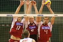 Čeští volejbalisté blokují smeč soupeře.