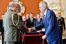 Prezident Prezident Miloš Zeman povýšil 28. října 2019 na Pražském hradě do hodnosti brigádního generála ředitele Vojenského historického ústavu Aleše Knížka.