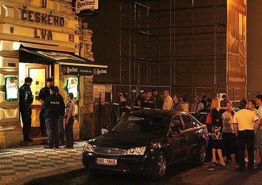 K výbuchu neznámé třaskaviny došlo 9. července v nočních hodinách v restauraci U Českého lva v Sokolovské ulici.