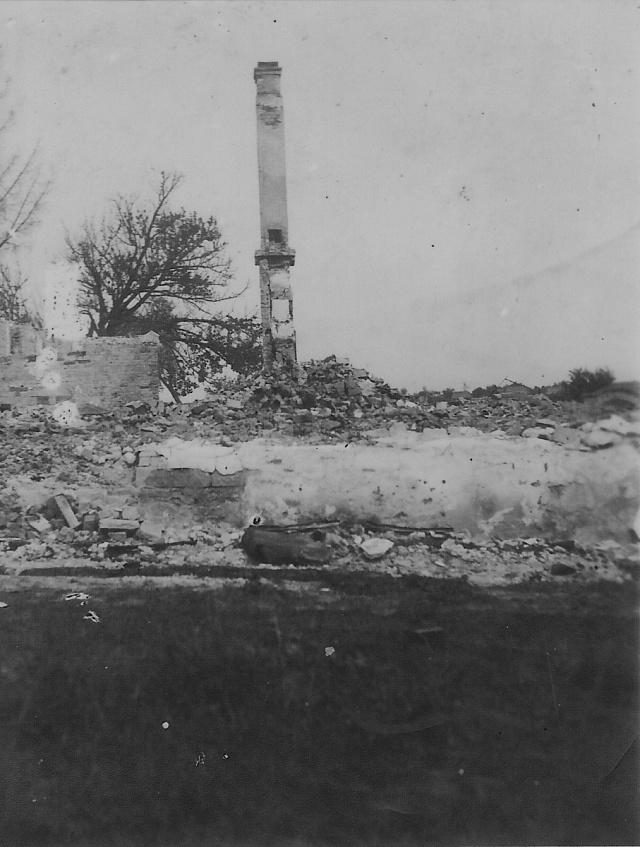 Spáleniště malínské školy vroce 1943.Vesnice hořela týden, nalezené pozůstatky lidí byly pochovány ve společném hrobě na hřbitově vČeském Malíně