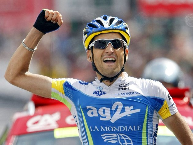 Francouz Cyril Dessel se raduje z vítězství ve 4. etapě cyklistického závodu Dauphiné Libéré.