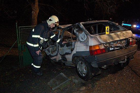 V ohnivou kouli se během chvilky změnil favorit, s nímž narazil v neděli před 22. hodinou do plotu v Soběticích nedaleko Klatov 46letý řidič ze Stach.