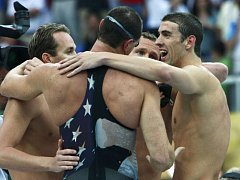 Michael Phelps (vpravo) slaví se svými kolegy ze štafety zlatou medaili. Vlevo Aaron Peirsol, zády Jason Lezak a druhý zprava Brendan Hansen.