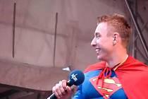 Filip Jícha jako zpívající Superman.