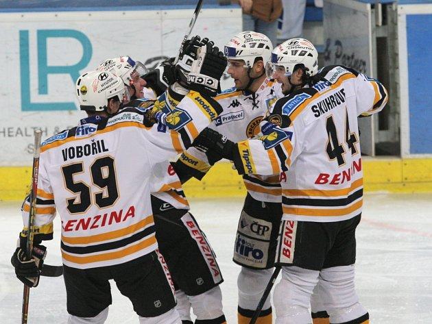 Hokejisté Litvínova se radují z gólu na ledě Vítkovic.