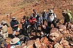 Vědci z projektů NASA Mars 2020 a ESA ExoMars studují stromatolity, nejstarší doložené zkamenělé formy života na Zemi, v oblasti Pilbara v severozápadní Austrálii. Snímek byl pořízen 19. srpna 2019