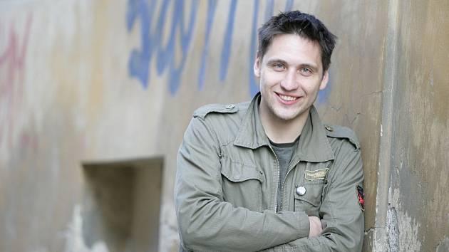MARTIN PÍSAŘÍK hraje v divadle už od svých deseti let. Nyní se stal výraznou osobou i českých muzikálů. Uspěje ale se svým pěveckým projektem? S kapelou Akustik brzy vydá nové CD.