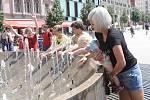 Lidé se osvěžují na brněnském náměstí Svobody