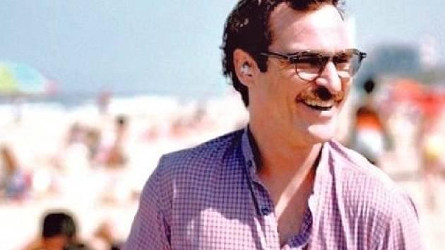 """Hrdina Jonzeho filmu Theodore (Joaquin Phoenix) na procházce se """"svou partnerkou"""" v uchu..."""