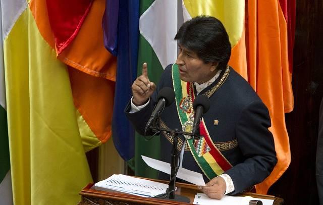 Bolivijský prezident Evo Morales s tradičními symboly hlavy státu
