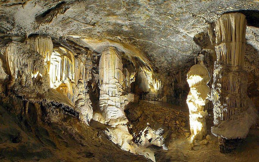 Postojnska jama je jeskyně s několika světovými prvenstvími.