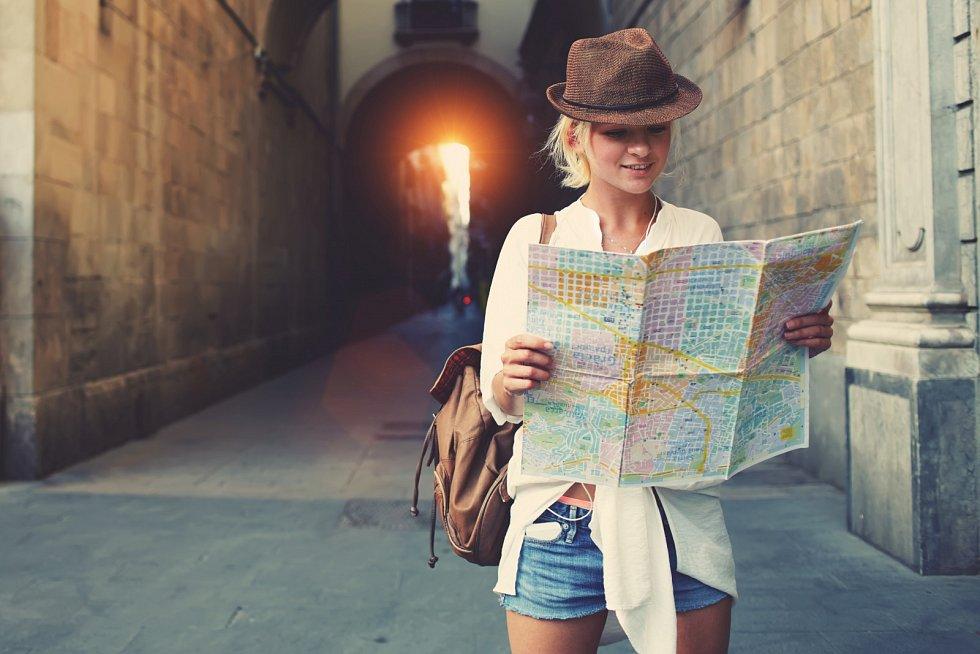 Používat mapu ve městě je o něco jednodušší, protože se můžete lehce zorientovat díky názvům ulic nebo veřejných budov jako pošta, úřad. Pak stačí jen najít je na mapě a otočit ji tak, aby byl objekt na mapě ve stejném směru, jako ho máte ve skutečnosti.