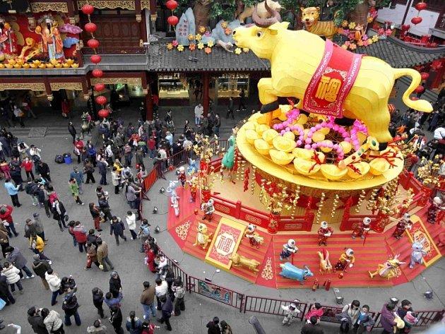 Hlavnímu náměstí v Šanghaji dominuje obrovitá skulptura buvola, symbolu začínajícího čínského lunárního roku.