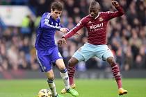 Oscar z Chelsea (vlevo) a Enner Valencia z West Hamu.