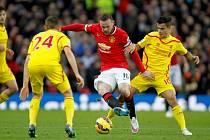 Wayne Rooney z Manchesteru United (uprostřed) se snaží prosadit proti Liverpoolu.