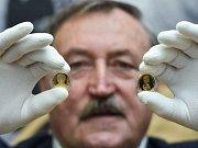 Legendární fotbalista Antonín Panenka se svou pamětní zlatou mincí.
