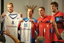 Čeští basketbalisté Tomáš Satoranský (druhý zprava) a Jan Veselý (vpravo) si předali s českými fotbalisty dresy.