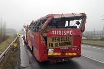 Čtyři mrtvé a 21 zraněných si vyžádala nehoda autobusu ve Francii