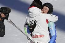 Dvě vítězky. Tina Mazeová (vpravo) a Dominique Gisinová se na olympijských hrách v Soči podělily o zlato ve sjezdu.