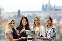 Fedcupové šampionky (zleva) Andrea Hlaváčková, Lucie Šafářová, Petra Kvitová a Lucie Hradecká se slavnou trofejí.