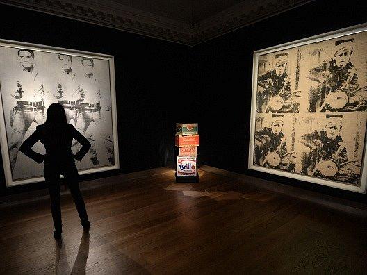 Slavné obrazy Andy Warhola Triple Elvis (vlevo) a Four Marlons.