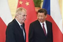 Český prezident Miloš Zeman (vlevo) se 28. dubna 2019 v Pekingu setkal s čínským prezidentem Si Ťin-pchingem