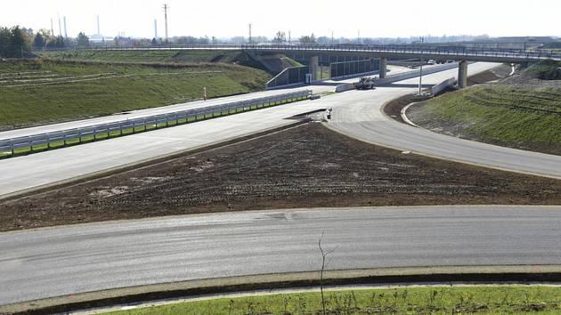 Dokončování dalšího úseku D1, nejdelší a nejstarší dálnice v Česku, pokračovalo 21. října 2019 mezi Lipníkem nad Bečvou a Přerovem.