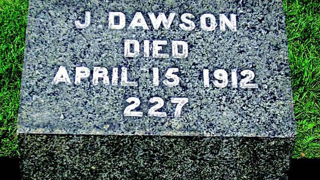 Kvůli shodě jmen s filmovou postavou nenápadný hrob v kanadském Halifaxu přitahuje davy příznivců.
