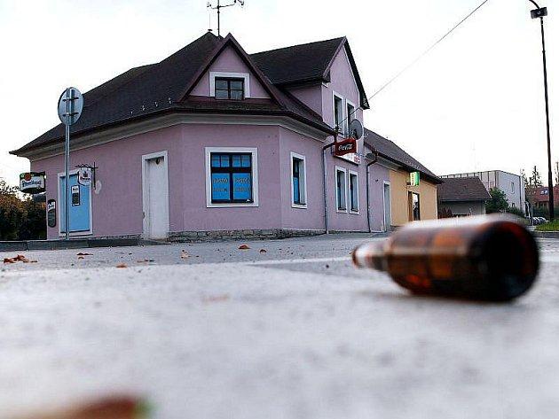 Dvaatřicetiletý muž zemřel po převozu do nemocnice, poté co byl v neděli 17. října 2010 časně ráno zraněn při incidentu před barem v Dobrušce na Rychnovsku. Policie dopoledne zadržela dva muže ve věku 41 a 19 let, kteří se údajně incidentu zúčastnili.